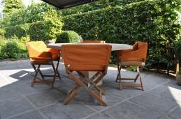 De fauteuil Sundance voegt een eigentijdse toets toe aan deze klassieke buitentafel.